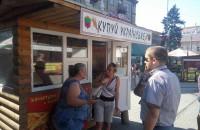 Запорожскую активистку облили на центральном рынке коричневой жидкостью (Фото)