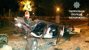 Пьяный водитель влетел  в бетонную ограду возле ремонтируемой дороги