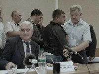 В Энергодаре на сессии горсовета летали стаканы и столы (Видео)