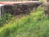 Запорожские военные помогли достать грузовик, слетевший в кювет (Видео)
