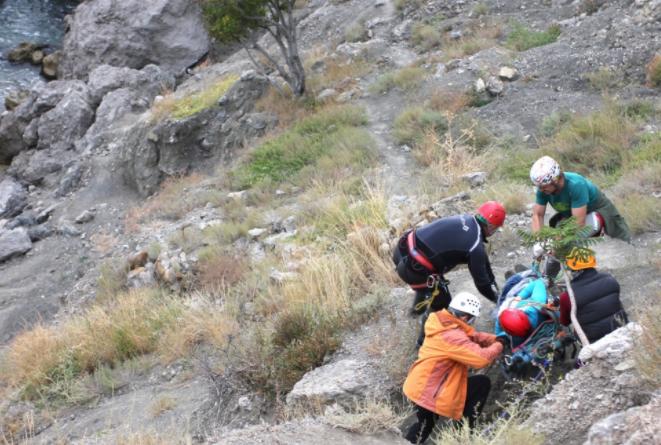 НаПрикарпатті рятувальники знесли зДземброні травмованого туриста