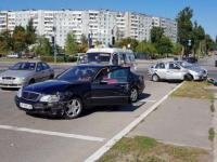 На запорожской Набережной водитель легковушки снес столб – есть пострадавшие