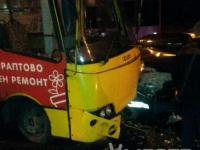 В Запорожье легковушка врезалась в пассажирский автобус