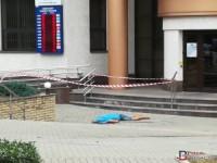 Камера видеонаблюдения зафиксировала момент аварии на Пушкина, в которой водитель вылетел к банку