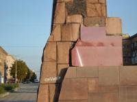 Отпавшие плиты на постаменте Ленину заделали линолеумом