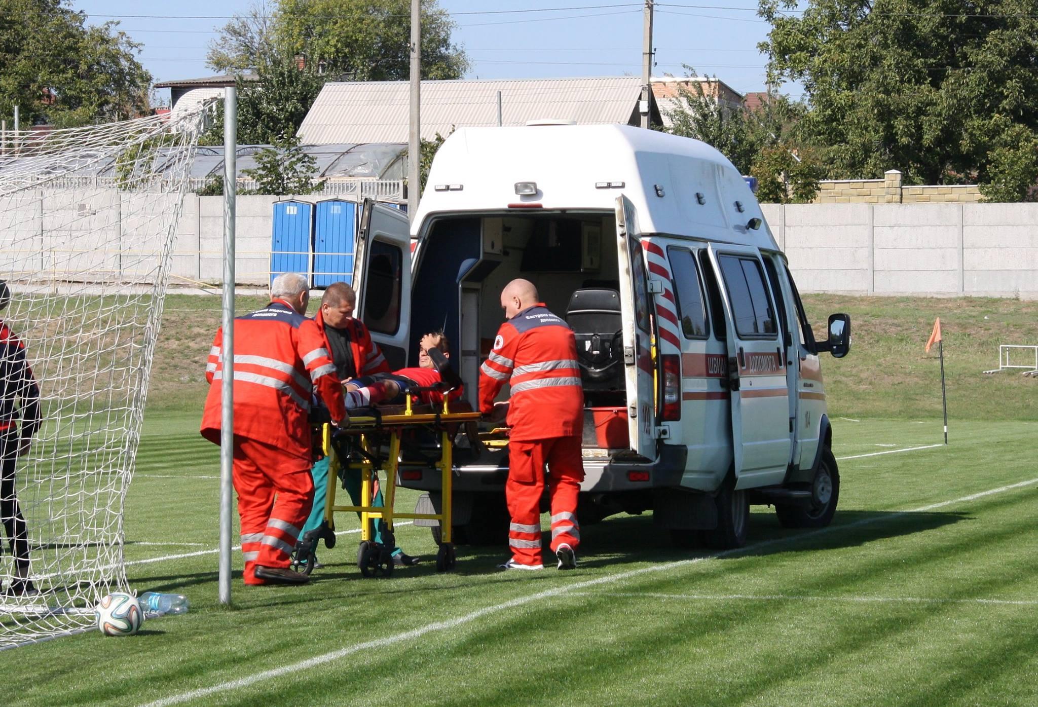 Полузащитник украинского клуба сломал ногу, защищая ворота