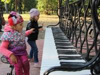 В одном из центральных парков Запорожья установили необычный рояль (Фото)
