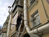 Пожилая запорожанка едва не сорвалась с балкона (Видео)