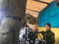 В музыкальной группе запорожских военных играет 11-летний барабанщик (Видео)