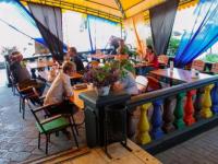 В центре Запорожья демонтируют незаконную летнюю площадку кафе