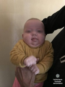 Полицейские установили личность матери, бросившей в Запорожье малыша