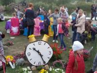 Просьбы не помогли: гости Покровской ярмарки погнули ограду и вырвали цветы (Фото)