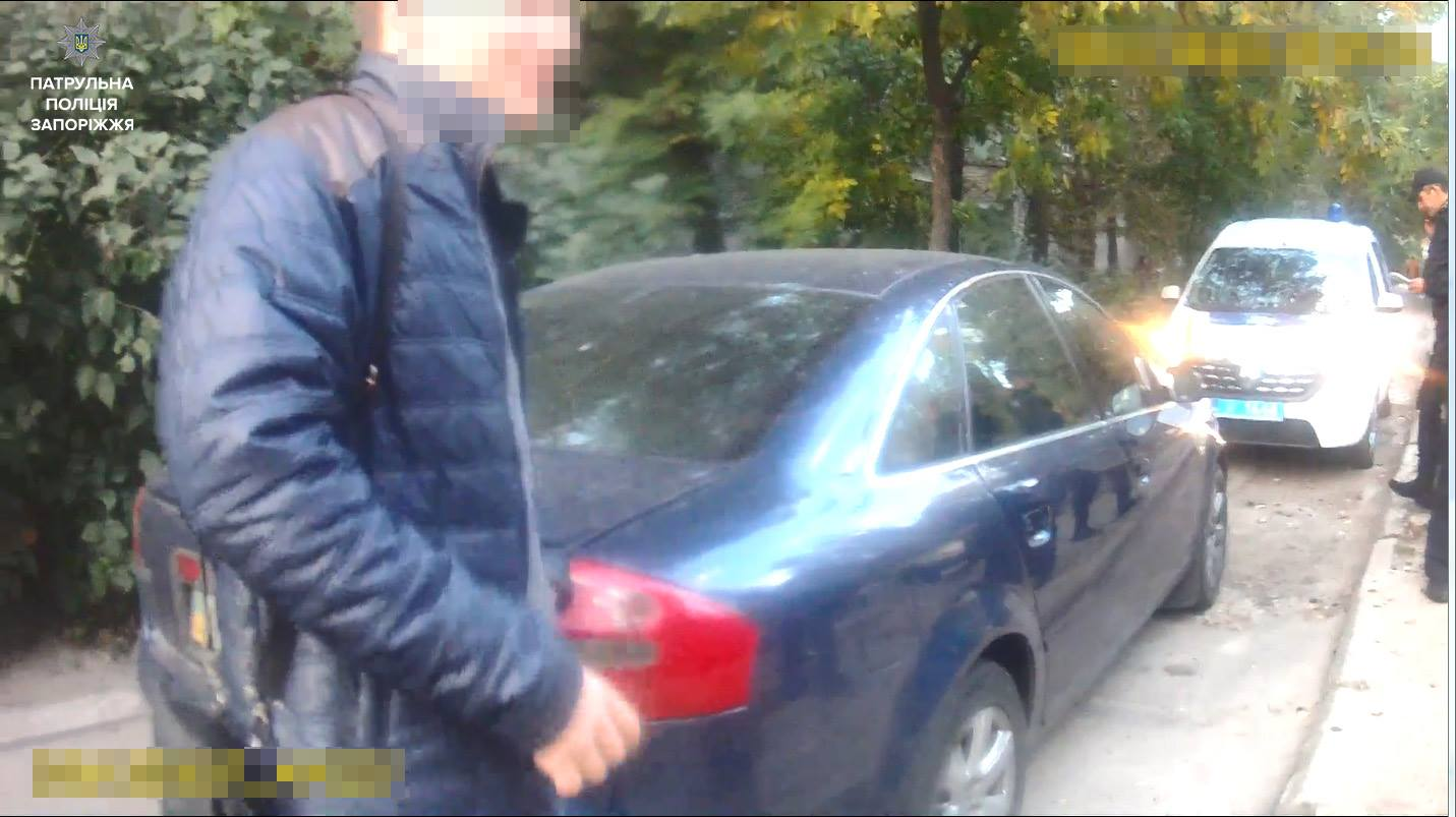 ВЗапорожье нетрезвый  мужчина рассекал на«Audi» около  детской площадки