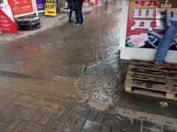 В Запорожье из-за прорыва трубы затопило центральный рынок (Фото)