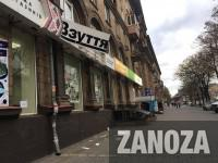 В центре Запорожья часть вывески обувного магазина рухнула на тротуар (Фото)