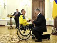 Президент наградил запорожского чемпиона «Игр непокоренных», стоя на колене