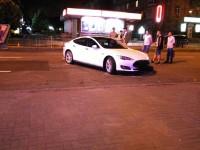 Водитель «BMW» врезался в «Teslа», снес рекламный щит и избежал наказания