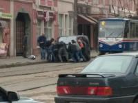 В центре Запорожья пассажиры вручную убрали авто, заградившее проезд трамваю