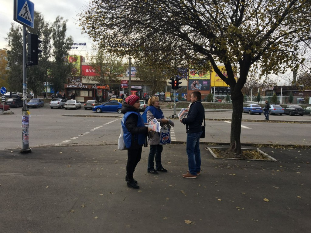 Акция-по-раздаче-бюллетеней-в-Коммунарском-районе-Запорожья-2