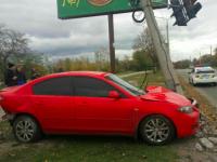 В Запорожье водитель легковушки снесла светофор и сбежала
