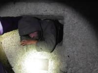 Бездомный застрял в подвале многоэтажки, стараясь согреться (Видео)