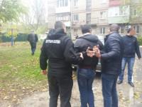 В запорожском дворе задержали полицейского-взяточника с пачкой долларов
