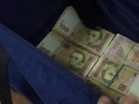 В Запорожской области школьники отдали полицейским найденную сумку с пачками денег