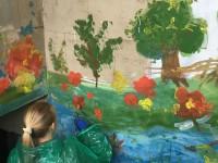 Стены Центра творчества, изуродованные вандалами, украсили пейзажами (Фото)