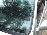 В центре Запорожья средь бела дня изрезали все колеса на «Toyota Prada»
