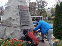 Двое запорожцев отмыли от краски стелу на братской могиле