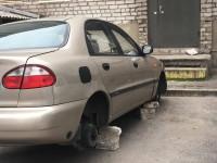 В запорожском дворе с машины сняли все колеса (Фото)