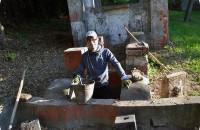 В Запорожье во время субботника откопали старинную беседку