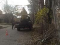 В запорожском дворе машина коммунальщиков снесла электрический столб (Фото)