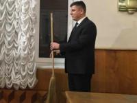 Запорожскому депутату подарили на годовом отчете метлу (Видео)