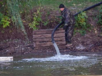 Со второй попытки в центральном парке Запорожья закончили расчистку озера