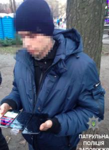 Грабитель, выдавая камень за гранату, украл из магазина в центре Запорожья несколько iPhone