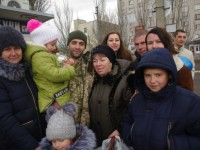 Фотофакт: в Бердянске встретили заложников, вернувшихся из плена ОРДЛО