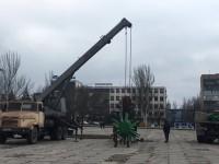 На главной площади Запорожья начали установку елки (Фото)