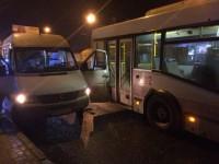 В Запорожье водитель троллейбуса врезался в маршрутку (Фото)
