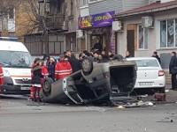 На перекрестке в центре Запорожья «Жигули» перевернулись на крышу