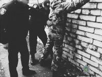 Вооруженный мужчина в камуфляже избил и ограбил запорожца (Фото)