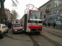 В районе Центрального рынка «восьмерка» врезалась в новый трамвай (Фото)