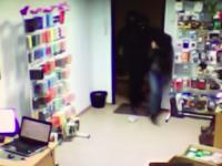 Трое вооруженных мужчин в масках ограбили в Запорожье магазин (Видео)