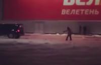 На запорожском курорте местный житель отметил первый снег ,катаясь на сноуборде (Видео)
