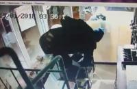 Ночью в Запорожье обокрали три пивных магазина ради пачки мелких купюр (Видео)