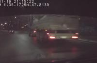 В Запорожье фура на ходу потеряла бетонную плиту (Видео)