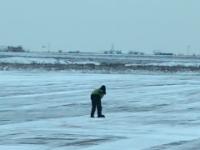 По старинке: разметку в запорожском аэропорту расчищает лопатой один работник – депутат (Видео)