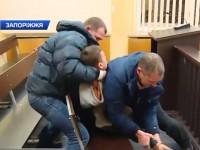 «Во имя справедливости»: запорожец пытался перерезать себе горло в зале суда (Видео)
