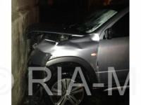 Водитель легковушки влетел в стену дома и сбежал