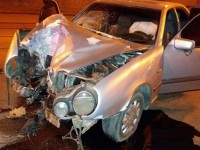 В Запорожье недалеко от вокзала водитель разбил об дерево «Мерседес»
